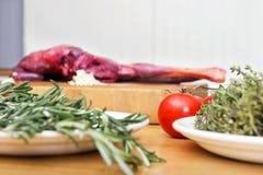 Verduras y carne en la encimera foto de archivo