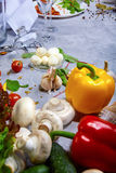 Verduras y condimento coloridos en un fondo de piedra gris Una variedad de ingredientes para la cena Copie el espacio aún Fotos de archivo