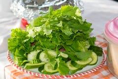 Verduras y ensaladas verdes frescas en la comida campestre Foto de archivo