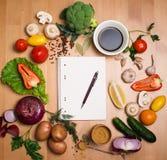 Verduras y especias orgánicas frescas en un fondo y un P de madera Fotografía de archivo