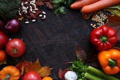 Verduras y frutas coloridas de la cosecha en fondo oscuro Foto de archivo