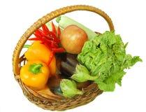 Verduras y frutas del otoño en una cesta Imagen de archivo