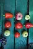Verduras y frutas en el backround verde Fotografía de archivo