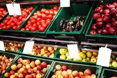 Verduras y frutas en estantes imagen de archivo