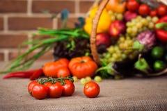 Verduras y frutas en la cesta de mimbre imágenes de archivo libres de regalías