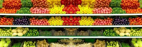 Verduras y frutas orgánicas frescas en estante en el supermercado, mercado de los granjeros Concepto sano del alimento Vitaminas  imágenes de archivo libres de regalías