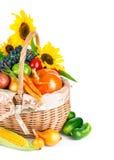 Verduras y frutas otoñales de la cosecha en cesta imágenes de archivo libres de regalías