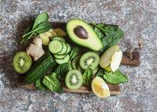 Verduras y frutas verdes del Detox en un tablero de madera Concepto de un sano, comida de la dieta Imagenes de archivo