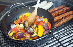 Verduras y kebabs de la barbacoa en los carbones calientes fotografía de archivo