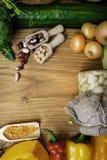 verduras y legumbres en tablero de madera Alimento biológico Ingredientes alimentarios del vegano Concepto sano de la consumición fotos de archivo libres de regalías