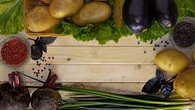 Verduras y pimienta en la tabla imagen de archivo