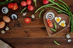 Verduras y placa de madera con los huevos fritos en lanzamiento ascendente del fondo del cierre de madera de los gastos indirecto imagen de archivo