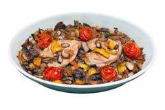 Verduras y pollo asados mediterráneos Imágenes de archivo libres de regalías