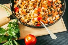 Verduras y setas cocinadas en sartén Imagenes de archivo