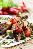 Verduras y shishkabobs asados a la parrilla de la carne de vaca Foto de archivo