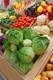 Verduras y ultramarinos en mercado Fotos de archivo libres de regalías