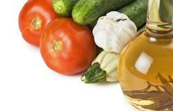Verduras y una botella de aceite, aún vida aislado Fotografía de archivo