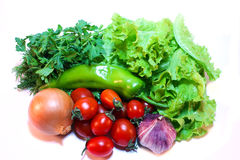 Verduras y verdes para la ensalada en un fondo blanco Imagen de archivo