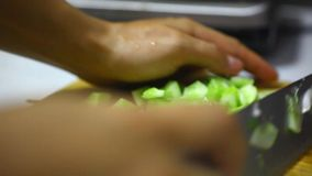 Verdure affettate su un bordo di legno, cucinare fresca video d archivio