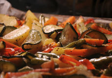 Verdure al forno in un forno Fotografie Stock