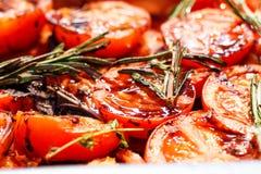 Verdure arrostite di recente cucinate, pomodori, funghi, melanzana fotografia stock