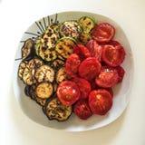 Verdure arrostite in un piatto immagini stock