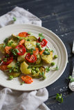 Verdure arrostite in un piatto d'annata leggero Immagine Stock