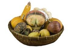 Verdure asciutte e frutta come decorazione in un canestro fotografia stock