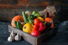 Verdure assortite, zucca, zucchini, melanzana, aglio, cipolle verdi e pomodori su un fondo di legno nello stile rustico con la f Fotografie Stock Libere da Diritti