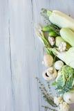 Verdure bianche e verdi sul bordo di legno blu Fotografia Stock Libera da Diritti