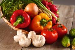 verdure Bio- verdura fresca in un canestro Sopra il fondo della natura immagini stock