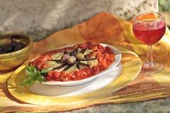 Verdure con le olive ed il vino fotografia stock libera da diritti