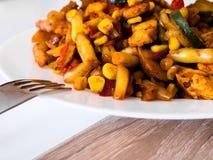 Verdure con pollo fritto sul piatto bianco immagini stock libere da diritti