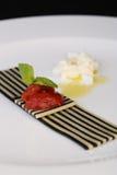 Verdure con salsa, haute cuisine, aperitivo gastronomico fotografie stock libere da diritti