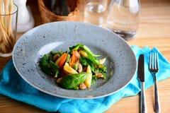 Verdure cotte L'insalata da pepe arrostito, dalla spiga del granoturco, dal fagiolino e dalla pianta in un piatto è servito per u fotografia stock