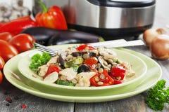Verdure, cotte a vapore con il pollo e le lenticchie verdi Fotografie Stock Libere da Diritti