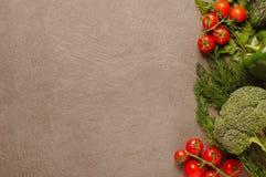 Verdure crude fresche - pomodori, peperoni, broccoli, aneto e prezzemolo su fondo nero, vista superiore Stroncare-disposizione de immagini stock libere da diritti