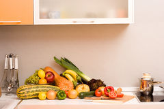 Verdure in cucina moderna immagine stock