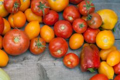 Verdure da un orto domestico su una tavola Immagini Stock