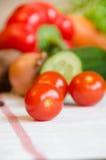 Verdure della ciliegia del pomodoro su una tovaglia bianca Fotografia Stock Libera da Diritti