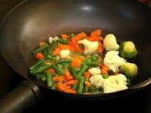 Verdure della frittura di Stir in una vaschetta del wok Immagini Stock Libere da Diritti