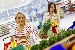Verdure di compera e frutta delle belle donne Immagini Stock Libere da Diritti