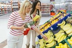 Verdure di compera e frutta delle belle donne Immagine Stock