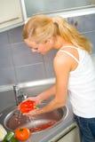 Verdure di lavaggio della donna Fotografia Stock