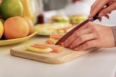 Verdure di taglio della casalinga dal coltello Immagine Stock