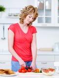Verdure di taglio della donna nella cucina fotografia stock libera da diritti