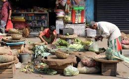 Verdure di vendita del commerciante della via all'aperto in Calcutta immagini stock