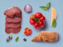 Verdure e carne degli ingredienti su un blu immagine stock libera da diritti
