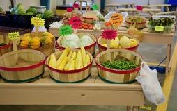 Verdure e frutta fresche dall'azienda agricola immagine stock