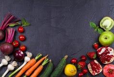 Verdure e frutta su fondo nero Fotografie Stock Libere da Diritti